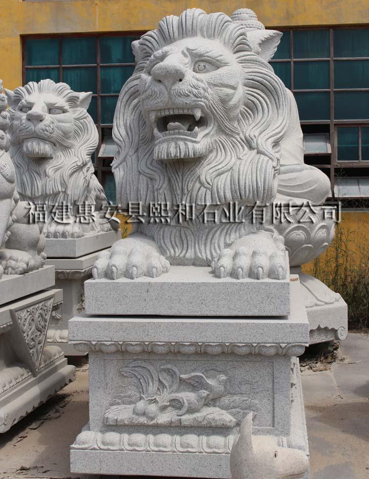 丹麦著名雕刻家伯特尔.托伐尔德森于1821年为纪念在法国大革命时期保卫巴黎杜乐丽宫牺牲的786名瑞士雇佣兵而创作的。雕刻悲伤的狮子 是为了纪念逝者英灵,同时也是在祈求世界的和平,如果没有战争就不会有流血和牺牲。人们看到那只象征瑞士雇佣军的雄狮被锐利的长箭深深地刺入脊骨,箭头已 经被折,折断的箭枝告诉人们狮子在死亡之前经过了怎样惨痛的挣扎.